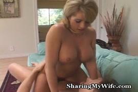 كبير الثدي momma يريد بوسها مارس الجنس من قبل ديك كبيرة.