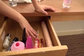 مفلس فاتنة يلعب مع كس والأصابع نفسها.