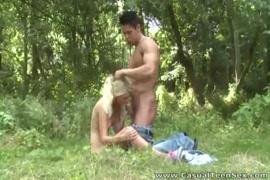 شقراء الساخنة في سن المراهقة يحصل مارس الجنس من قبل صديقها.