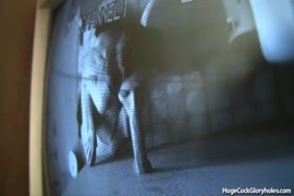 فاتنة الساخنة مارس الجنس في الحمام العام من قبل الديك على كاميرا ويب.