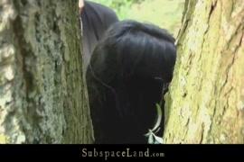جنسي ساخن امرأة سمراء مارس الجنس في الغابة.