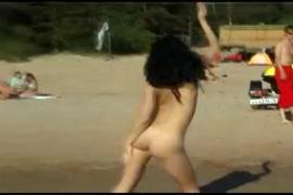 الشباب في سن المراهقة يحصل شجب على الشاطئ العام.