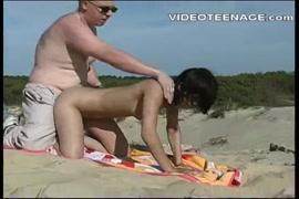 ضخمة الثدي والحمار سمراء تحصل مارس الجنس على الشاطئ.