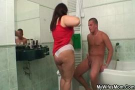 اشتعلت بلدي ربيب الرجيج قبالة في الحمام.