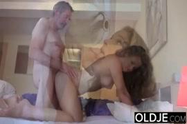 الشباب في سن المراهقة مارس الجنس من قبل الأب القديم