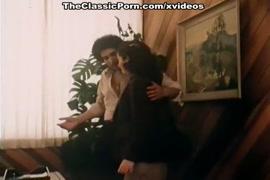 شاب يضع يده في كس فتاة