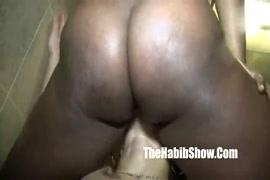 تظهر هوتي ياسمين جاي ثديها المثالي ومهبل مشعر في الحوض.